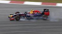 Pilot Red Bullu Daniel Ricciardo musel v jedné zatáček okruhu v Sepangu šlápnout na brzdy víc, než chtěl.