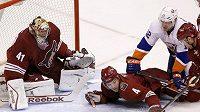 Obránce Phoenixu Zbyněk Michálek leží na ledě v duelu s New Yorkem Islanders.