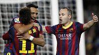 Andres Iniesta (vpravo) se raduje se spoluhráči z Barcelony Neymarem Alexisem Sanchezem z gólu.