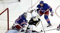Hokejový útočník Sidney Crosby (uprostřed) v utkání proti Rangers.