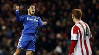 Eden Hazard oslavuje branku do sítě Sunderlandu.