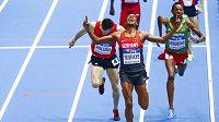 Jakub Holuša (vlevo) v drsném závěru rozběhu na 1500 m na halovém MS v Sopotech skončil druhý za Homiyu Tesfayem z Německa, vpravo Mekonnen Gebremedhin z Etiopie.