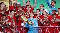 Brankář Manuel Neuer (uprostřed s trofejí) oslavuje se spoluhráči z Bayernu Mnichov triumf v Německém poháru.