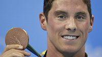 Americký plavec Conor Dwyer s bronzovou medailí z olympiády v Brazílii.