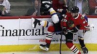 Dmitrij Jaškin (vzadu) v ostrém souboji u mantinelu s krajanem Janem Ruttou v zápase NHL mezi Chicagem a St. Louis.