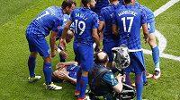 Chorvtaší fotbalisté slaví gól Luky Modriče (leží na trávníku) proti Turecku.
