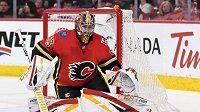 Gólman Calgary David Rittich v duelu se San Jose