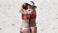 České beachvolejbalistky Kristýna Kolocová (vlevo) a Markéta Sluková oslavují vítězství a postup do finále během turnaje světového okruhu žen v plážovém volejbale v Praze na Štvanici.