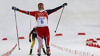 Sdruženář Jörgen Graabak z Norska se raduje z vítězství v olympijském závodě na velkém můstku.