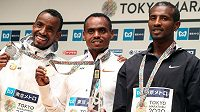 Medailisté z tokijského maratonu, zleva Bashir Abdi oz Begie, zlatý medailista Birhanu Legese z Etiopie a držitel bronzu Sisay Lemma z Etiopie.