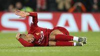 Zraněný liverpoolský záložník Fabinho leží na trávníku v utkání Ligy mistrů s Neapolí.