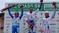 Jan Němec (uprostřed) získal titul mistra světa v obřím slalomu na trávě v Japonsku.