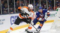 Jakub Voráček z Philadelphie (93) v souboji s obráncem NY Islanders Ryanem Pulockem (6) v utkání NHL.
