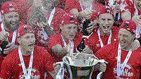 Fotbalisté Slavie se radují ze zisku titulu.