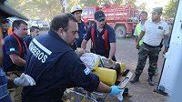 Záchranáři odvážejí zraněného muže během prologu Rallye Dakar.