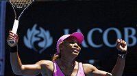 Serena Williamsová se raduje v Melbourne z vítězství nad Slovenkou Danielou Hantuchovou.