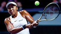 Japonská tenistka Naomi Ósakaová v duelu Turnaje mistryň proti Petře Kvitové.