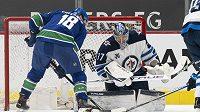 Kanadský útočník Jake Virtanen (18) z Vancouveru si na další zápas NHL počká. Celým týmem otřásá koronavirus.