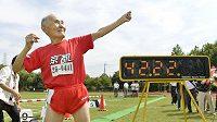 Hidekichi Miyazaki u výsledkové tabule imitoval proslulé gesto sprinterského krále Usaina Boélta.