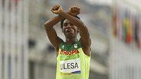 A teď do basy? Stříbrný etiopský maratónec Feyisa Lilesa dal hned v cíli najevo, podporu příslušníkům kmene, jimž prý chce vláda v jeho zemi sebrat půdu. Protesty trestá a závodník má obavu, že i jeho zavřou.