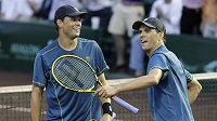 Bratři Bryanové oslavují triumf v deblu na turnaji v Houstonu.