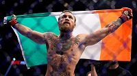 Conor McGregor s irskou vlajkou po svém vítězném návratu do UFC, ve kterém zdolal Donalda Cerroneho.