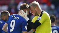 Brankář Leicesteru Kasper Schmeichel (vpravo) a útočník Jamie Vardy slaví vítězství v Sunderlandu.