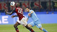 Mario Balotelli(vlevo) si kryje míč před dotírajícím Blerimem Džemailim z Neapole v zápase italské Serie A.