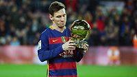 Lionel Messi s trofejí Zlatý míč.
