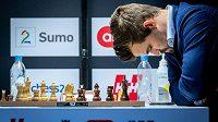 Zdrcený Magnus Carlsen po porážce od Jana Krzystofa Dudy z Polska