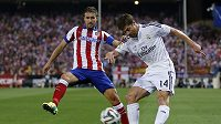 Gabi z Atlétika Madrid (vlevo) se snaží zblokovat centr Xabiho Alonsa z Realu Madrid.