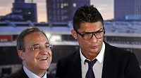 Cristiano Ronaldo se šéfem Realu Florentinem Pérezem po podpisu smlouvy.