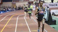 Jomif Kejelcha z Etiopie během závodu na 1 míli na halovém atletickém mítingu v New Yorku.