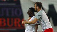 Amadou Haidara (vlevo) a Andreas Ulmer ze Salcburku se radují z gólu proti Marseille.