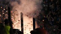 Fanoušci Komety Brno odpalují ve svém sektoru pyrotechniku během zápasu v Pardubicích.