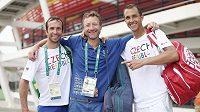 Tenisová legenda Miloslav Mečíř (upřostřed) obklopen českými hráči Radkem Štěpánkem (vlevo) a Lukášem Rosolem.