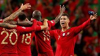 Cristiano Ronaldo oslavuje se svými spoluhráči z portugalské reprezentace triumf ve finále Ligy národů UEFA.