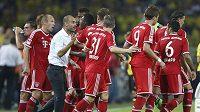 Fotbalisté Bayernu Mnichov poslouchají pokyny trenéra Pepa Guardioly.
