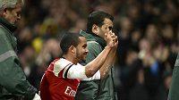 Fotbalistu Arsenalu Theo Walcotta odnášejí na nosítkách při utkání s Tottenhamem.