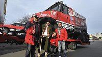 Z Frenštátu pod Radhoštěm odjela v úterý do francouzského přístavu Le Havre kolona vozidel Loprais Tatra Teamu. Na snímku Aleš Loprais (vpravo) a jeho strýc Karel Loprais (vlevo) se svými fanoušky.