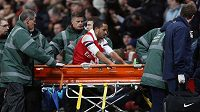 Theo Walcott takhle opouštěl utkání s Tottenhamem, po kterém jej čekala devítiměsíční pauza.