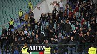 Bulharští fanoušci rasisticky uráželi fotbalisty Anglie. Duel byl dvakrát kvůli jejich chování přerušen.