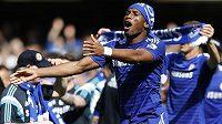 Zkušený forvard Didier Drogba v čele oslav mistrovského titulu Chelsea.