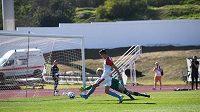 Petar Musa, útočník Slavie, střílí druhý gól do sítě Aarhusu v přípravném utkání v Portugalsku.