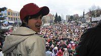 Tisíce lidí přišly 1. března ve Žďáru nad Sázavou pozdravit trojnásobnou olympijskou vítězku v rychlobruslení a tamní rodačku Martinu Sáblíkovou. Ze Soči přivezla zlatou a stříbrnou medaili.