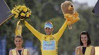 Vítěz Tour de France Vincenzo Nibali na pódiu v Paříži.