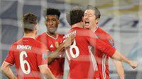 Radost fotbalistů Bayernu Mnichov během osmifinále Ligy mistrů na hřišti Lazia Řím. Gól vstřelil kanonýr Bayernu Robert Lewandowski.