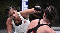 Cynthia Calvillová (vlevo) trefuje svoji soupeřku Jessicu Eyeovou v souboji muší výhy na galavečeru UFC.