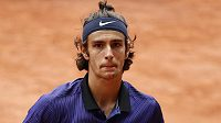Ital Lorenzo Musetti během duelu s Novakem Djokovičem na Roland Garros.