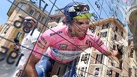 Australský cyklista Michael Matthews se zapisuje do startovní listiny na Giru.